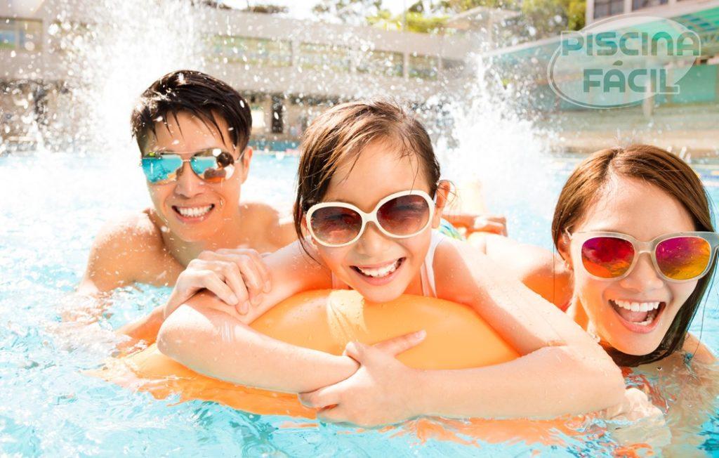 Família de óculos brincando na piscina