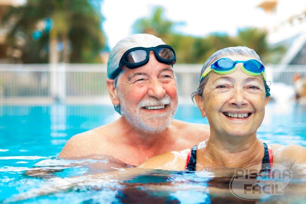 Casal de idosos felizes na piscina