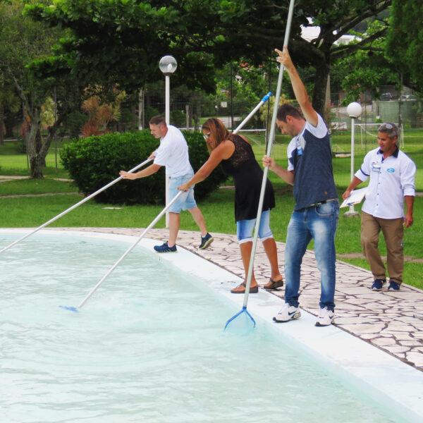 Aula de limpeza física de piscinas do curso da Piscina Fácil